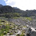 dalla piccola conca verso la bastionata rocciosa