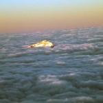 la testa grigia emerge dal mare di nuvole copia