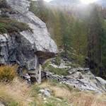 grossa pietra col ricovero diroccato