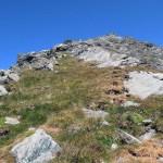 verso la roccia a parallelepipedo e sopra la vetta