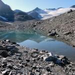 laghetto-glaciale-e-in-fondo-la-becca-traversiere